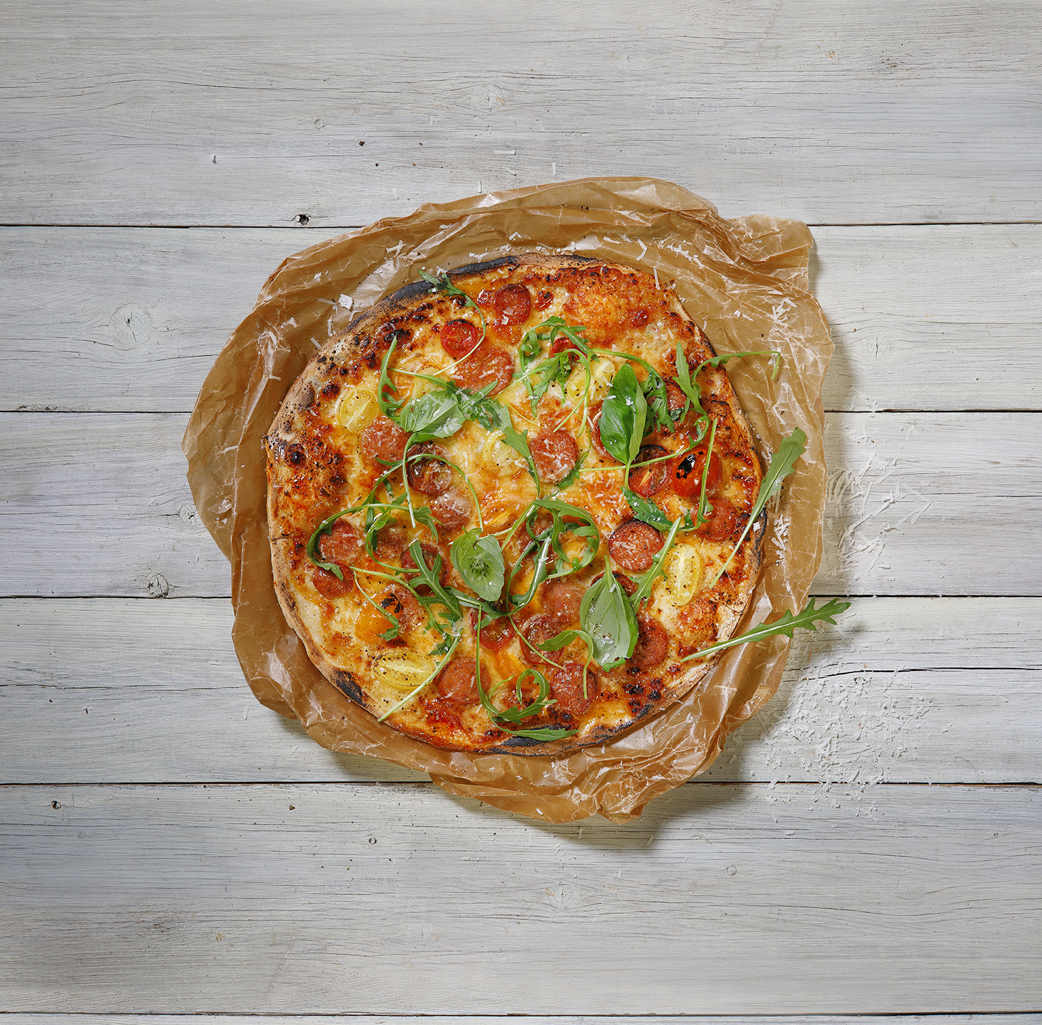 Pizza toppad med grönt